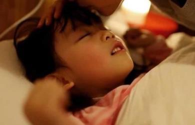 Trẻ em thường đạp chăn khi ngủ, không phải tất cả vì nóng. Cha mẹ cần biết 3 lý do này! chăm con